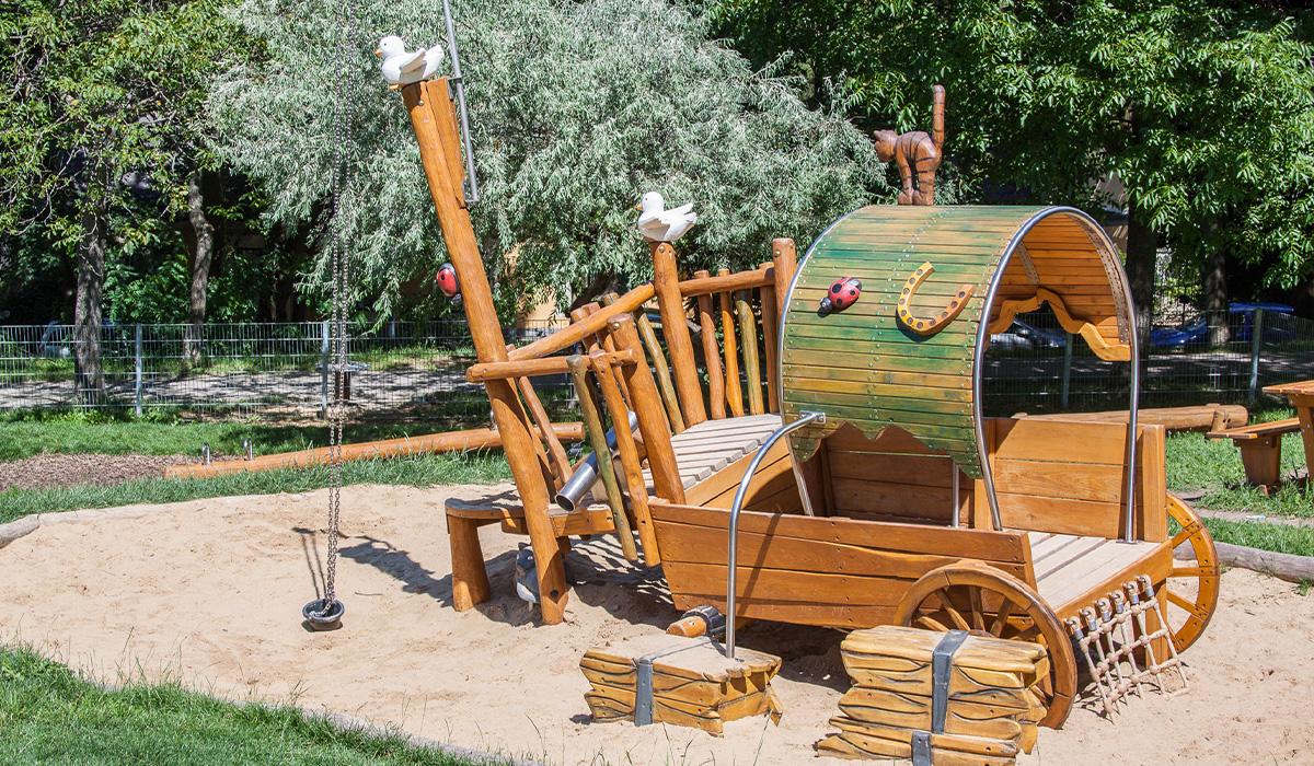 Abenteuerspielplätze Schafstall aus Robinie © Spielort.at